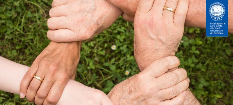 Immagine di mani che si tengono tra loro