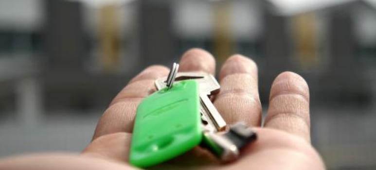 immagine di una mano con una chiave